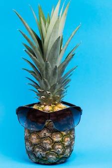 Abacaxi maduro azul com óculos. fechar-se.