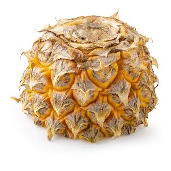 Abacaxi maduro é fruta tropical isolado no fundo branco