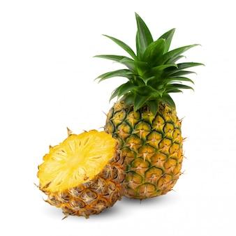 Abacaxi maduro é fruto tropical isolado