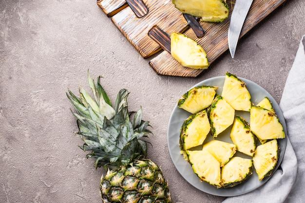 Abacaxi maduro fatiado na placa