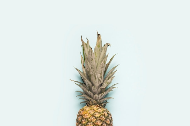 Abacaxi maduro inteiro em um fundo claro