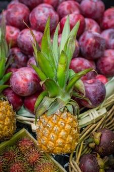 Abacaxi pequeno bonito no mercado