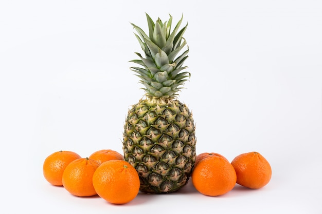 Abacaxi tangerinas frescas maduras maduras suculentas todo saborosas frutas em um branco