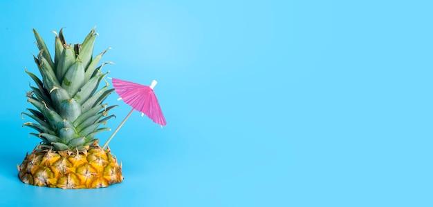Abacaxi tropical de verão com guarda-chuva de coquetel no fundo do mar azul tropical férias ilha praia férias verão e viagens criativo conceito mínimo foto de alta qualidade