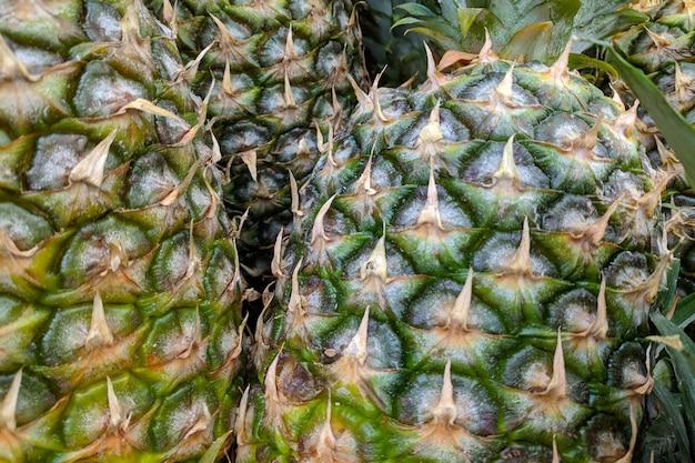 Abacaxi verde. variedade de abacaxis frescos cultivada na loja.