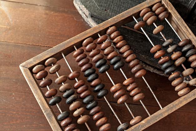 Ábaco close-up na mesa de madeira