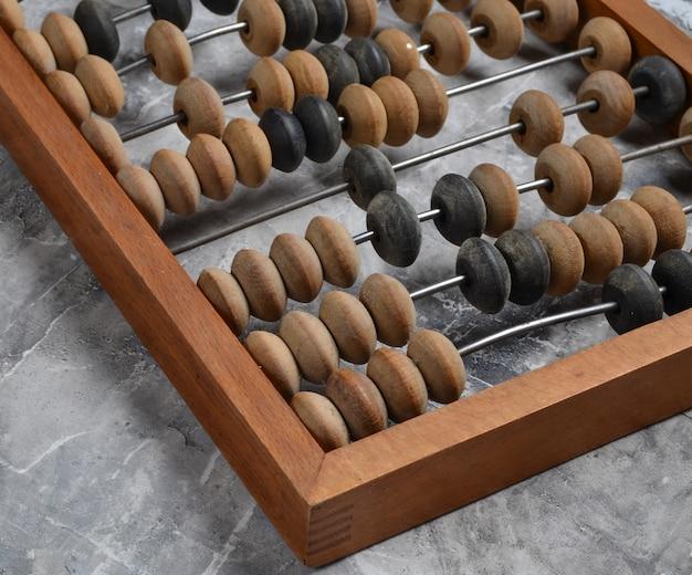 Ábaco de madeira antigo sobre uma superfície de concreto cinza