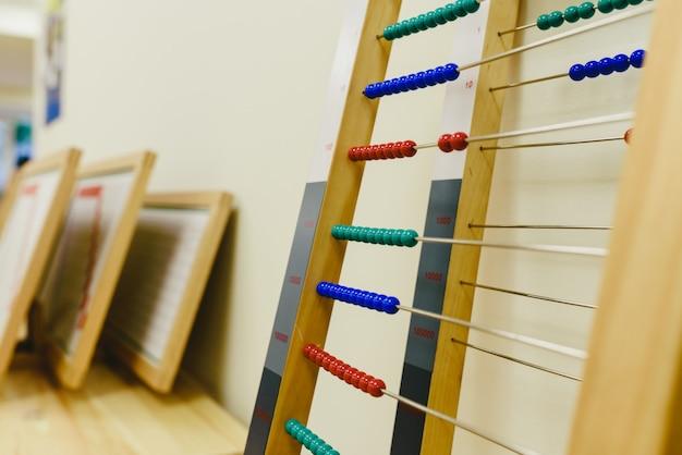 Ábaco de madeira em uma sala de aula de montessori.