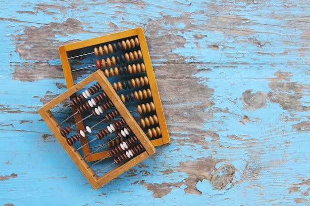Ábaco de madeira vintage na superfície da placa azul oaged.