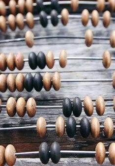 Ábaco de madeira vintage na superfície da placa velha.