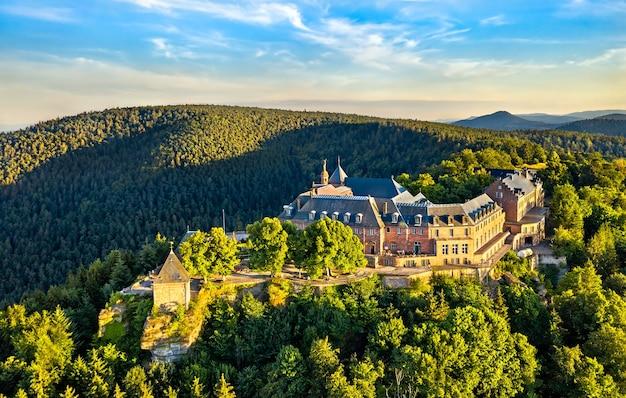 Abadia de mont sainte-odile nas montanhas vosges. grande atração turística na alsácia, frança