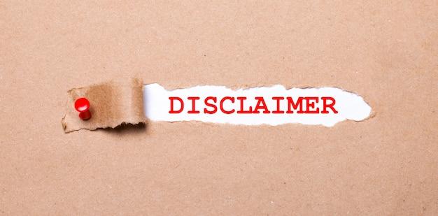 Abaixo da tira rasgada de papel kraft presa com um botão vermelho está um papel branco etiquetado como isenção de responsabilidade