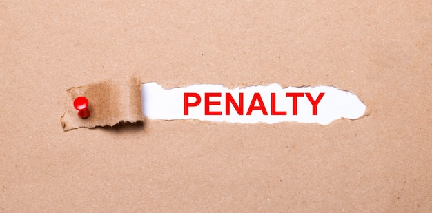 Abaixo da tira rasgada de papel kraft presa com um botão vermelho está um papel branco penalidade