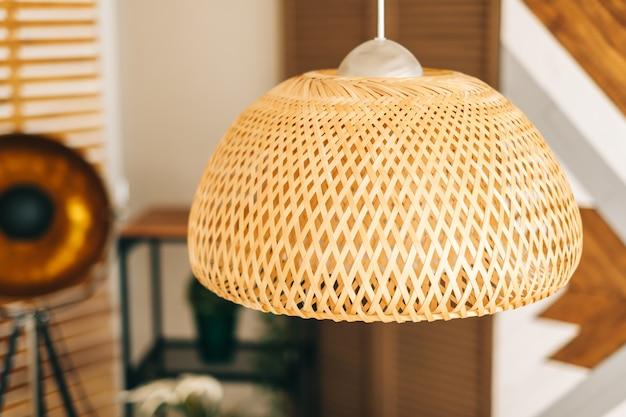 Abajur de palha na moderna sala de estar design de interiores ecológico