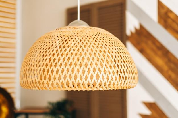 Abajur de palha na sala de estar moderna design de interiores ecológico usando materiais naturais