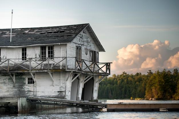Abandonado, casa barco, em, a, lakeside, kenora, lago, de, a, madeiras, ontário, canadá