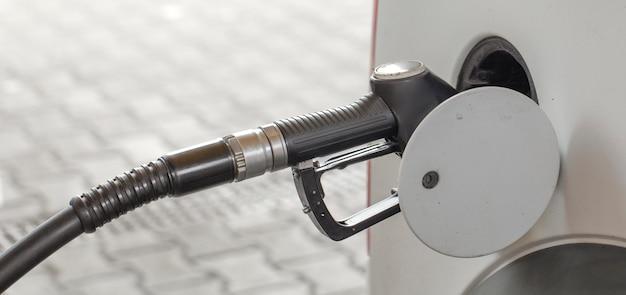 Abastecer o carro no posto de gasolina.
