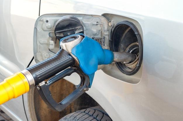 Abastecimento de gasolina do carro, tanque de combustível de gasolina de arma, closeup
