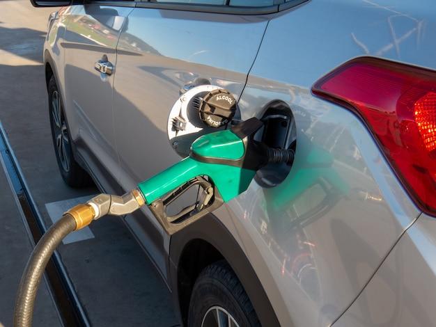 Abastecimento de veículos com etanol combustível. gasolina ou álcool. crise de abastecimento de combustível Foto Premium