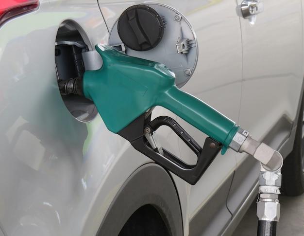 Abastecimento de veículos com gasolina ou etanol combustível