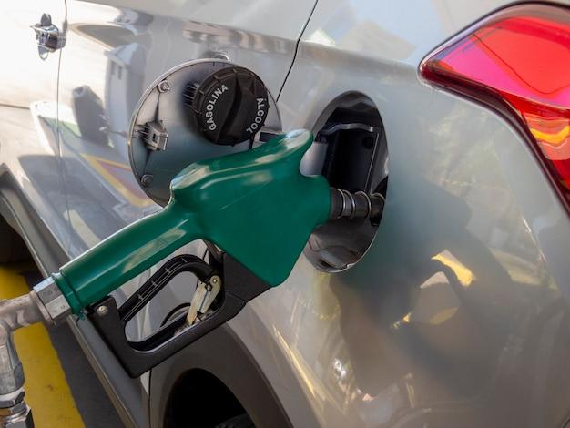 Abastecimento do veículo com etanol ou gasolina. crise de abastecimento de combustível