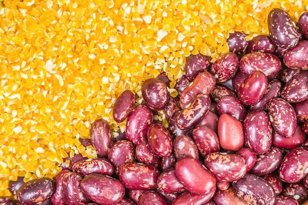 Abastecimento inteiro de milho marrom comendo pilha