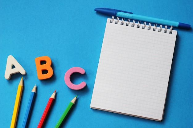 Abc-as primeiras letras do alfabeto inglês.