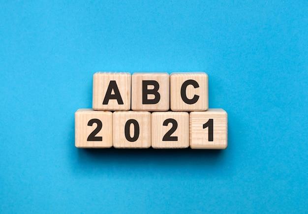 Abc - conceito de texto em cubos de madeira com fundo gradiente azul