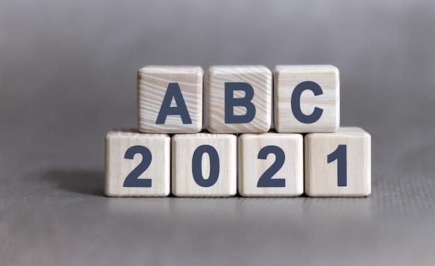 Abc e vinte e um texto em cubos de madeira em um fundo cinza