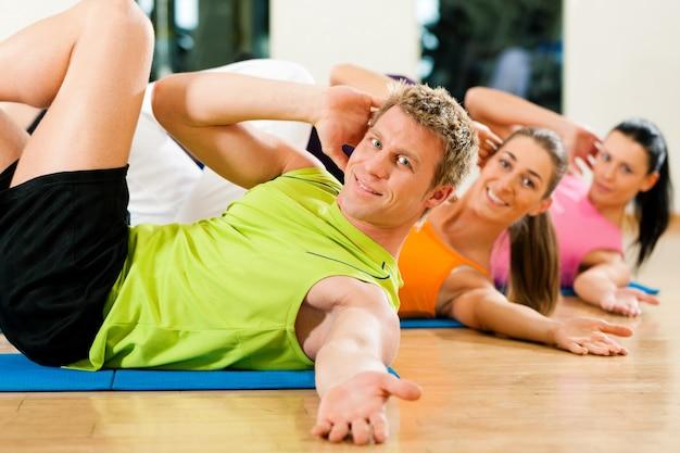 Abdominais no ginásio para fitness