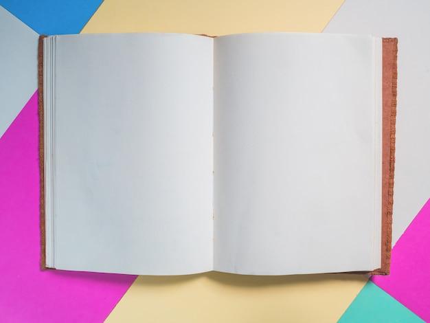Abertura do caderno escolar na cor de fundo