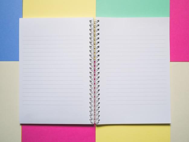 Abertura do notebook fio na cor de fundo