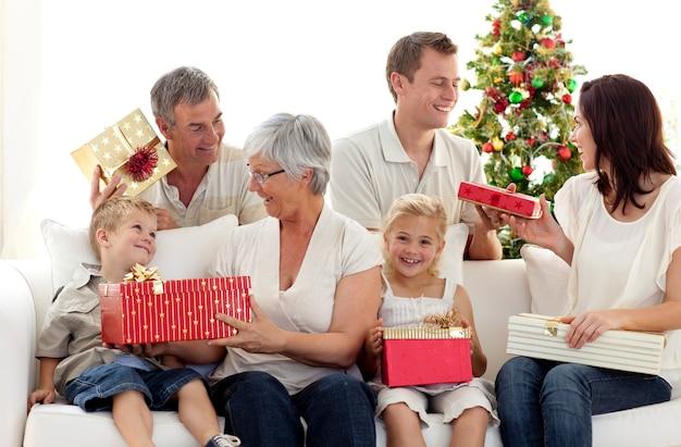 Abertura familiar de presentes de natal em casa