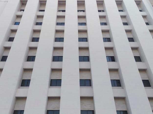 Aberturas de janela de edifícios altos para o fundo.