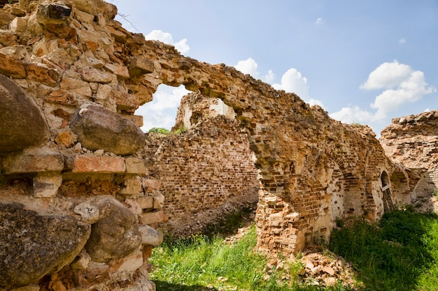Aberturas de janelas vazias em um prédio abandonado de tijolos vermelhos em ruínas