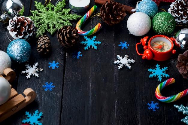 Abeto de natal com decoração em uma placa de madeira