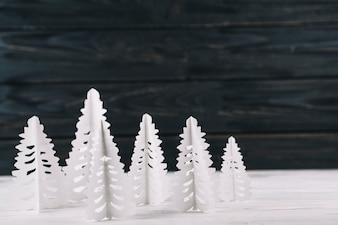 Abetos de papel na mesa