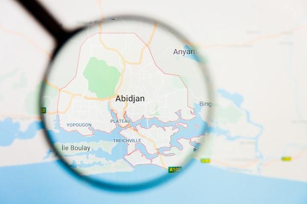 Abidjan, conceito ilustrativo de visualização da cidade da costa do marfim na tela de exibição através de lupa