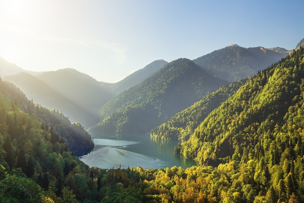 Abkhazia, o famoso lago ritsa. lago turquesa, pitoresco e majestoso. vista de cima.