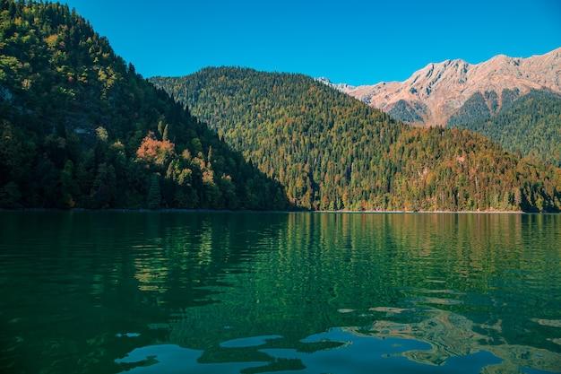 Abkhazia, o famoso lago ritsa. lago turquesa, pitoresco e majestoso.