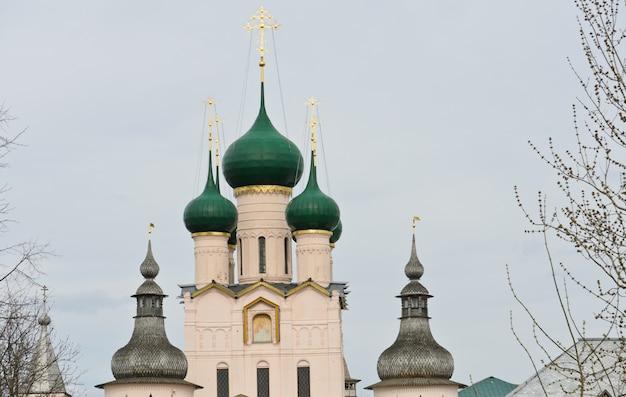 Abóbadas do kremlin de rostov em rostov velikiy, rússia.