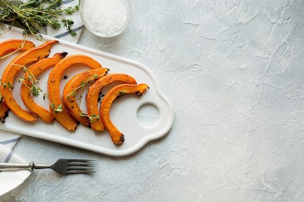 Abóbora assada, assada com tomilho e sal. comida vegetariana saudável.
