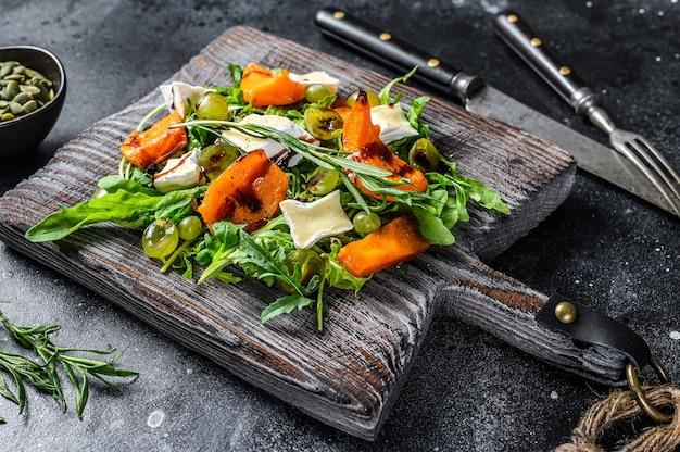 Abóbora assada com queijo camembert e ervas