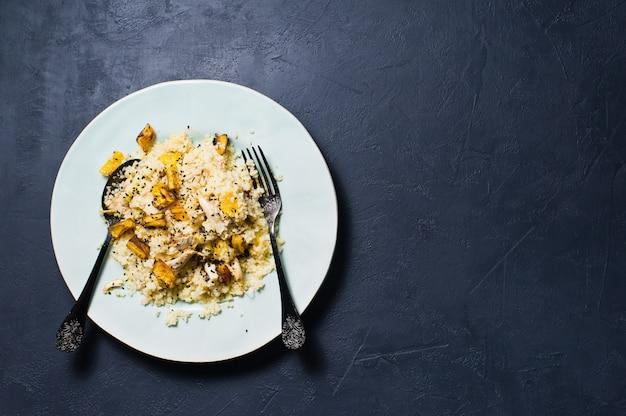 Abóbora assada e quinoa. comida saudável vegan.