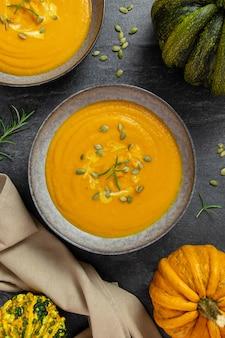 Abóbora assada sazonal e sopa de cenoura com creme e sementes