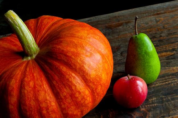 Abóbora com frutas na mesa