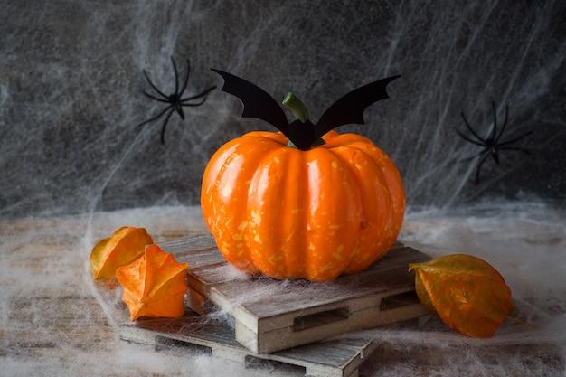 Abóbora com morcegos e aranhas para o halloween, copyspace