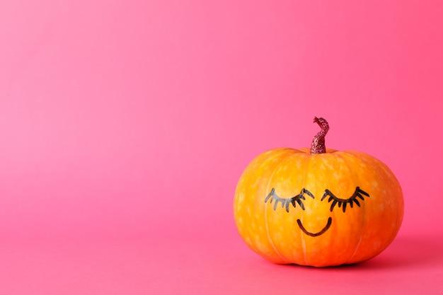 Abóbora com sorriso rosa, espaço para texto