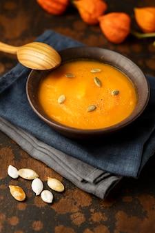 Abóbora comida de outono e sopa de cogumelos em pano