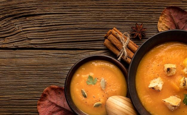 Abóbora comida de outono e sopa de cogumelos